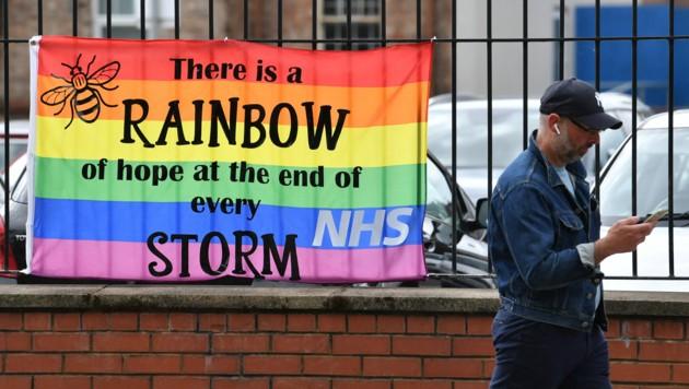 """""""Nach jedem Sturm gibt es einen Regenbogen der Hoffnung"""", steht auf diesem Banner vor dem Salford Royal Hospital in Greater Manchester. (Bild: Paul ELLIS / AFP)"""
