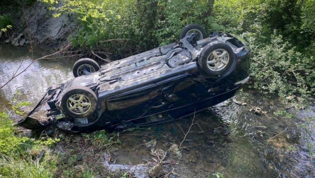 Etwa acht Meter tief stürzte eine Person mit ihrem Auto in den Bach. (Bild: Hannes Koch, HBI, FF Eisbach-Rein)