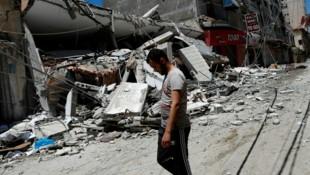 Ein Mann vor den Überresten eines zerstörten Gebäudes in Gaza-Stadt. (Bild: Adel Hana/AP)