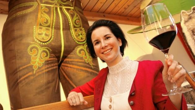 Auch Bettina Thaller genießt gerne die vielfältigen edlen Tropfen aus dem eigenen Weingut. (Bild: Christian Jauschowetz)