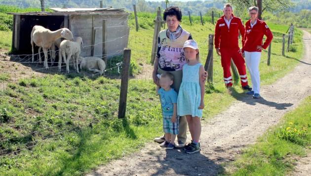 Maria P. mit zwei ihrer Enkel, Ärztin Karin Krall und Sanitäter Thomas (Bild: RK Perg, krone.at)