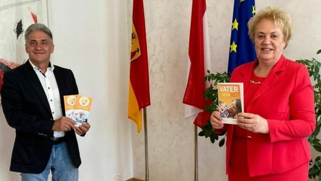 Alfred Handschuh präsentierte Präsidentin Verena Dunst bei einem Besuch den Omadienst, für den er Verstärkung sucht. (Bild: LMS)