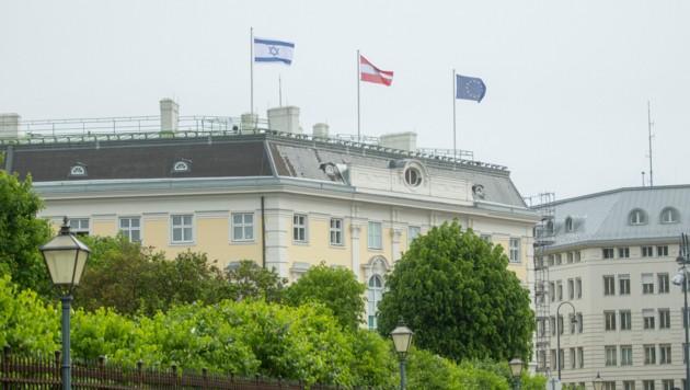 Die gehisste israelische Flagge über dem österreichischen Bundeskanzleramt am Ballhausplatz (Bild: BKA)