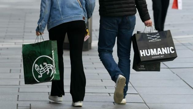 Der private Konsum wird wohl noch einige Zeit beeinträchtigt sein. (Bild: APA/HELMUT FOHRINGER)