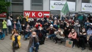 """Das Motto der von Fridays for Future organisierten Demos: """"WKÖ Against Future - Nix sehen, nix hören, nur blockieren"""". (Bild: Fridays for Future)"""