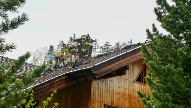 Die Feuerwehrleute musste das Dach teilweise abdecken. (Bild: Zeitungsfoto.at/Team)