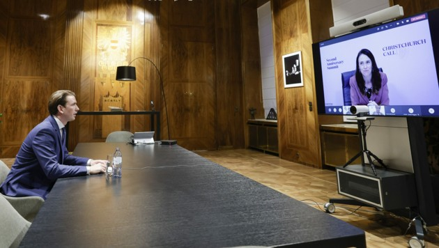 Bundeskanzler Sebastian Kurz (ÖVP) im virtuellen Gespräch mit der neuseeländischen Premierministerin Jacinda Ardern (Bild: APA/BUNDESKANZLERAMT/ANDY WENZEL)