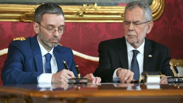 Herbert Kickl und Alexander Van der Bellen im Jahr 2017 im Rahmen der Angelobung der ÖVP-FPÖ-Bundesregierung in der Präsidentschaftskanzlei in Wien. (Bild: APA/ROLAND SCHLAGER)