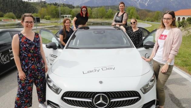 Die Teilnehmerinnen fahren den Parcours mit ihren privaten Autos. Zusätzlich haben die Frauen auch die Möglichkeit, eines von zwei Mercedes-Benz-Fahrzeugen auszuprobieren. (Bild: Birbaumer Christof)