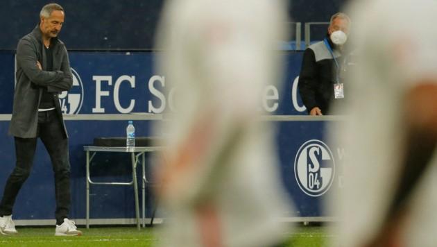 Adi Hütters Reation nach dem Spiel auf Schalke sagt alles. (Bild: AFP)