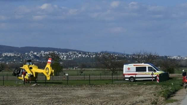 Der Landeplatz des Spitals in Kittsee befindet sich auf einem Acker. Im Hintergrund die Häuser der slowakischen Hauptstadt Pressburg/Bratislava. (Bild: Huber Patrick)
