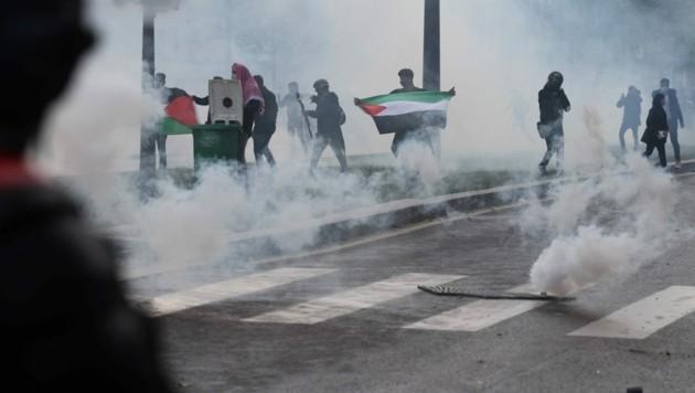 In Paris setzte die Polizei Tränengas und Wasserwerfer gegen die Demonstranten ein. (Bild: AFP)