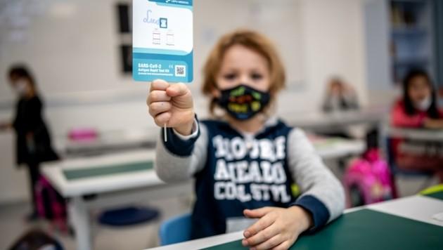 Nur mit einem negativen Test dürfen Schüler in die Klassen. Beim Nasenbohren zum Eindämmen der Pandemie sind die Kinder auch in den Volksschulen ja bereits Profis. (Bild: Imre Antal)