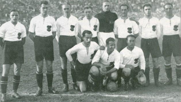 Österreichs Team vor dem Match gegen Schottland. - In: Karl Heinz Schwind: Geschichten aus einem Fußball-Jahrhundert, Wien 1994, Seite 78 (Bild: ÖFB)