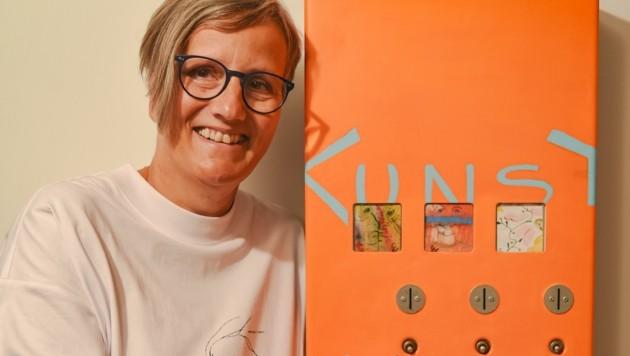 Künstlerin Carolin Labek mit ihrem neuen Kunstautomaten. (Bild: Hubert Berger)