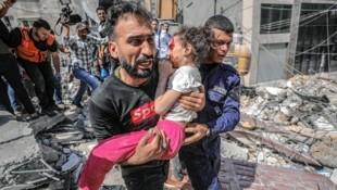 Laut dem palästinensischen Gesundheitsministerium wurden seit Montag 181 Menschen in Gaza durch die israelischen Angriffe getötet, davon 52 Kinder. Dieses kleine Mädchen wurde aus den Trümmern eines eingestürzten Hauses gerettet. (Bild: EPA)