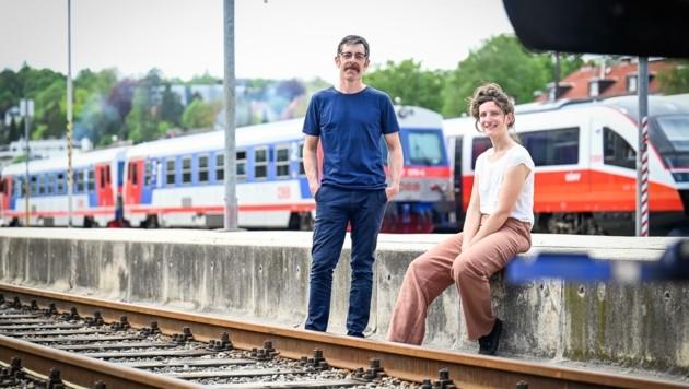 Julia Nüßlein und Jakob Dietrich, Kuratoren des FMR-Festivals, am Mühlkreisbahnhof in Linz-Urfahr (Bild: Alexander Schwarzl)