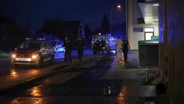 Am Bahnhof Marchtrenk gab es am Samstagabend einen Großeinsatz der Polizei, nachdem ein 18-jähriger Welser dort mit seiner Waffe in Richtung einer Zwölfjährigen gezielt haben soll, als sie gerade aus dem Fenster geblickt hatte. (Bild: Lauber/laumat.at Matthias)