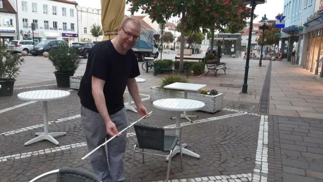 Konditor Bastl Köstlbauer aus Tulln freut sich auf seine Gäste. Schon vor einem Jahr (links) maß er beim Mindestabstand ganz genau nach. (Bild: Café Köstlbauer)