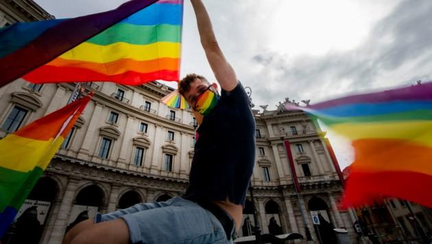 Die Regenbogenfahne ist eine Zeichen der Toleranz – in Vorarlberg wurde das Symbol immer wieder zum Ziel von Vandalismus. (Bild: Photo by Tiziana FABI / AFP)