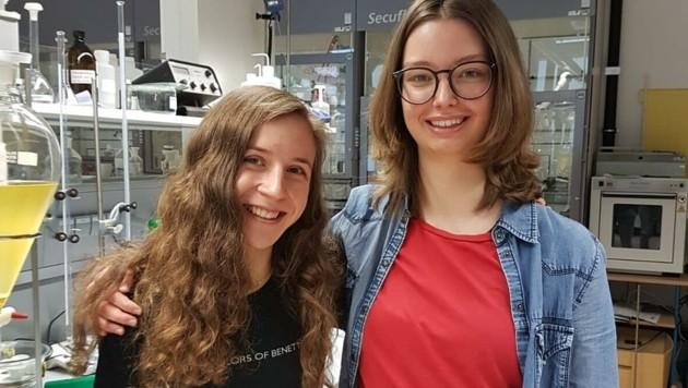 Platz 1: Lisa Egger (l.) und Miriam MIedl erforschten, wie Androgene und Antiandrogene auf die Funktion von Prostatakrebszellen wirken (Bild: Daniela Erlebach)