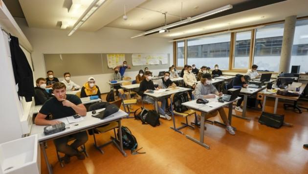 Der Platz an der HTL in Hallein ist oft eingeschränkt. Bis zu 36 Schüler gehen in eine Klasse. (Bild: Tschepp Markus)