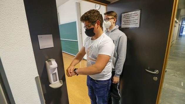 In der HTL hängen an den Klassentüren Desinfektionsspender. (Bild: Tschepp Markus)