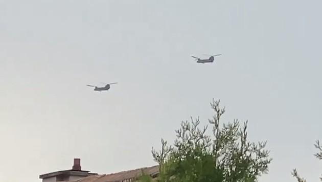 Die Chinook-Hubschrauber über Niederösterreich - höchstwahrscheinlich von der US Army. (Bild: Screenshot facebook.com/brigitte.gross1)