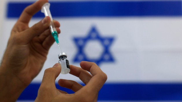 Laut Pfizer-CEO Albert Bourla hat die Corona-Impfkampagne in Israel bislang über 5500 Todesfälle verhindert. (Bild: AP)