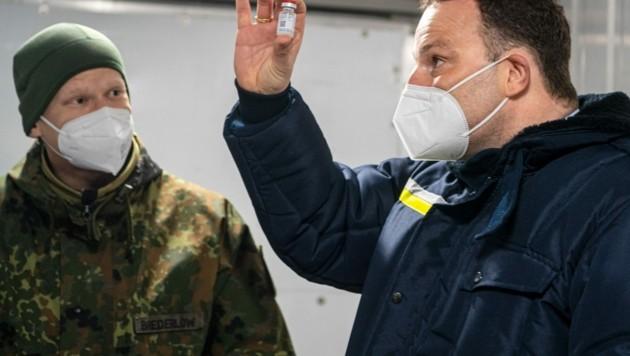 Der deutsche Gesundheitsminister Jens Spahn bei einem Besuch des Impfstoff-Verteilzentrums der deutschen Bundeswehr. (Bild: AFP)