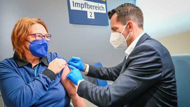 Minister Wolfgang Mückstein impfte am Montag in Eberstalzell drei Hofer-Mitarbeiterinnen. (Bild: Alexander Schwarzl)