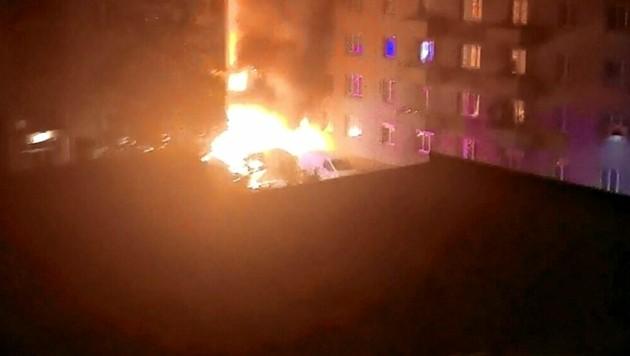 """Kurz vor 4 Uhr früh brannte es lichterloh in Wien-Favoriten. (Bild: """"Krone""""-Leserreporter)"""