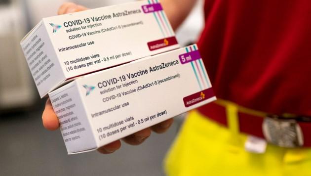 Österreich lässt die Corona-Impfungen mit dem Impfstoff von AstraZeneca nun fix auslaufen. (Bild: APA/AFP/JOE KLAMAR)