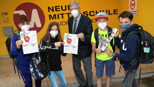 Peter Kaiser mit Schülern und dem Sammelpass, der den Kindern Vorteile verschafft. (Bild: Rojsek-Wiedergut Uta)