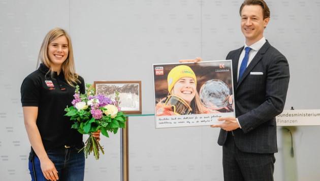 Kathi Liensberger mit Minister Gernot Blümel (Bild: Mario Urbantschitsch)