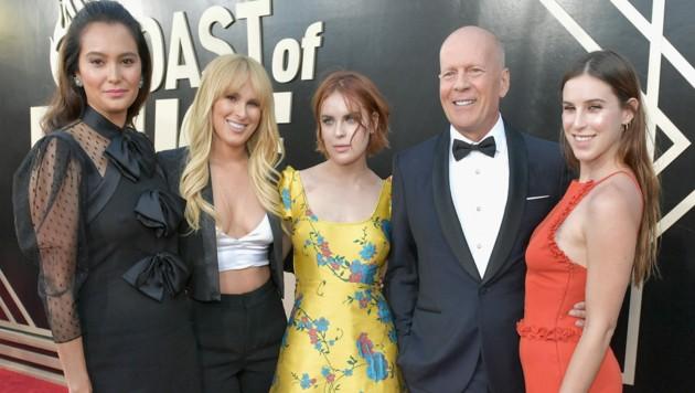 Bruce Willis mit Ehefrau Emma Heming (links) sowie seinen Töchtern Rumer Willis, Tallulah Willis und Scout Willis (Bild: 2018 Getty Images)