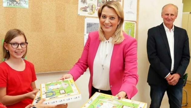 Bildungslandesrätin Daniela Winkler übergab die ersten Boxen an Volksschüler in Kleinhöflein. (Bild: Reinhard Judt)