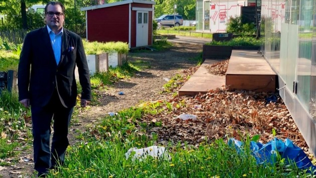 Plastiksäcke und Müll: Politiker Johannes Pasquali im Karlsgarten (Bild: Johannes Pasquali)