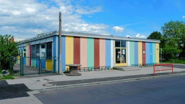 Die Linzer Volksschule 44 wird saniert, deshalb wurde die Sommerferien und somit auch der Zeugnistag um eine Woche nach vorne verschoben. (Bild: Horst Einöder/Flashpictures)