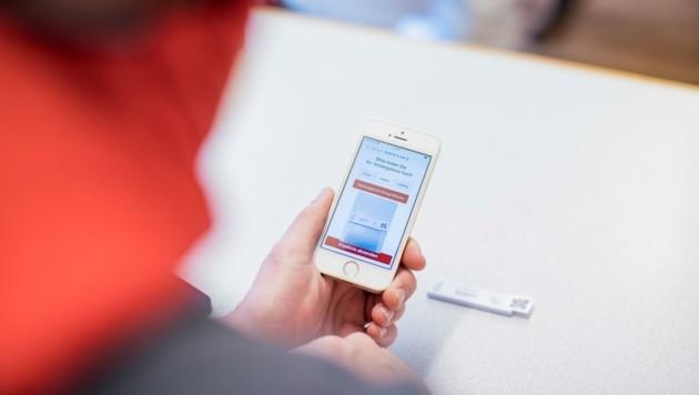Die Handy-App ist für die Wohnzimmertests notwendig (Bild: Franz Neumayr)