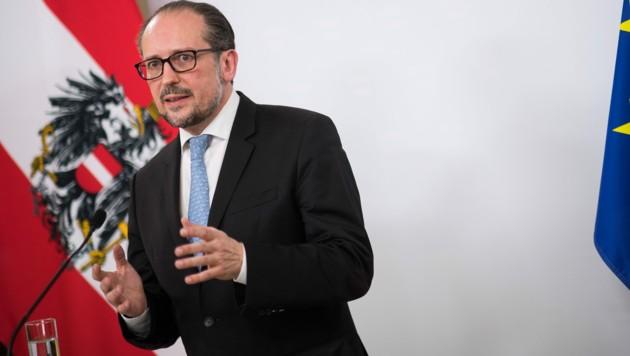 """Außenminister Alexander Schallenberg (ÖVP) würde """"theoretisch"""" auch die palästinensische Flagge hissen. (Bild: APA/BMEIA/MICHAEL GRUBER)"""