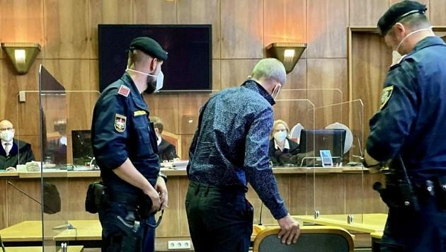 Der 57-jährige Angeklagte vor Gericht (Bild: APA/KARIN ZEHETLEITNER)