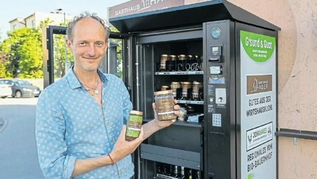 Wirt Roman Weißenbacher vor seinem Essensautomaten. (Bild: Susi Berger)