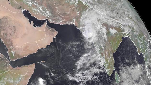 """Ein Satellitenbild zeigt Zykon """"Tauktae"""" über dem Westen Indiens. (Bild: APA/AFP/RAMMB/CIRA/Handout)"""
