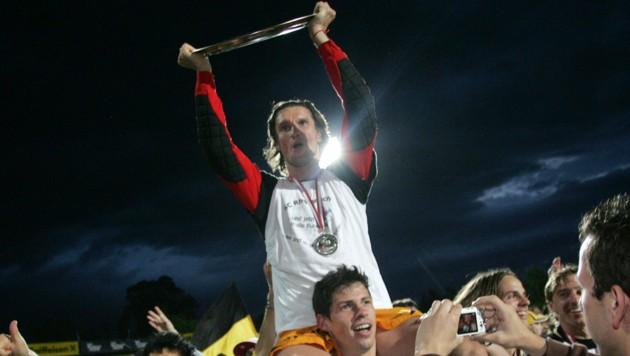 Altachs Sternstunde am 19. Mai 2006. Nach einem 1:0-Sieg über Austria Lustenau ist der Aufstieg fixiert, Alexander Guem trägt Torhüter Mario Krassnitzer (mit dem Meisterteller) auf Schultern. (Bild: REUTERS)