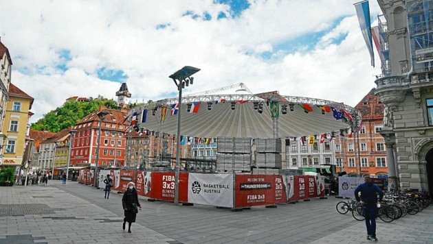 "Der ""Thunderdome"" am Hauptplatz in Graz nimmt langsam Gestalt an. (Bild: Sepp Pail)"
