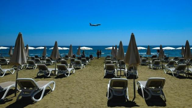 Derzeit ist der Strand in Larnaca auf Zypern noch so gut wie leer. Die Lockerungen dürften das aber schon bald ändern. Nun will die EU auch Geimpfte aus der ganzen Welt wieder einreisen lassen. (Bild: AP)