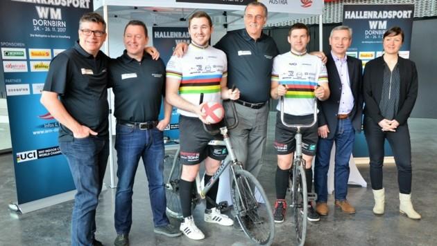 Heimo Lubetz (M.) mit seinen Radball-Weltmeistern Patrick Schnetzer und Markus Bröll. (Bild: Privat)