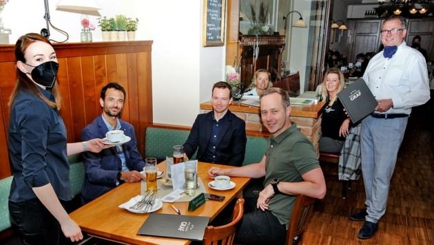 """Stammtisch beim """"Grafen"""": Spitzen-Gastronom Leo Graf kümmerte sich mit seinem Team um das Wohl der Gäste. (Bild: Crepaz Franz)"""