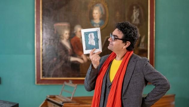 Intendant Rolando Villazón mit dem Programm der Mozartwoche 2022 (von 27. Jänner bis 6. Februar). (Bild: Susi Berger)
